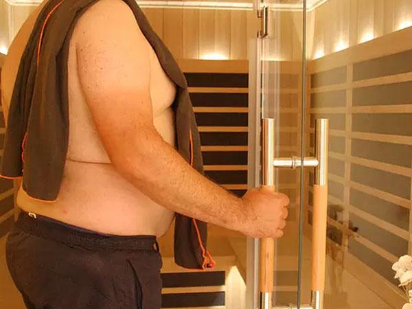 homme dans sauna infrarouge divinement bien