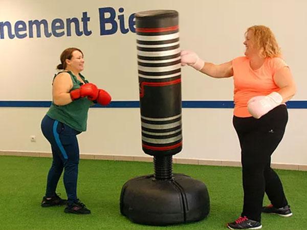 femmes faisant de la boxe divinement bien